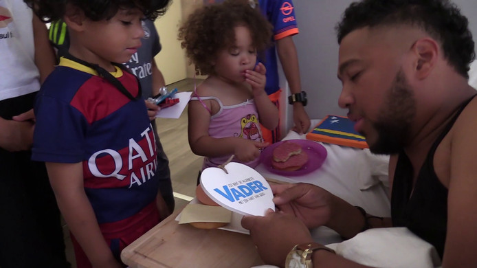 Papa Jay krijgt vaderdagcadeaus .
