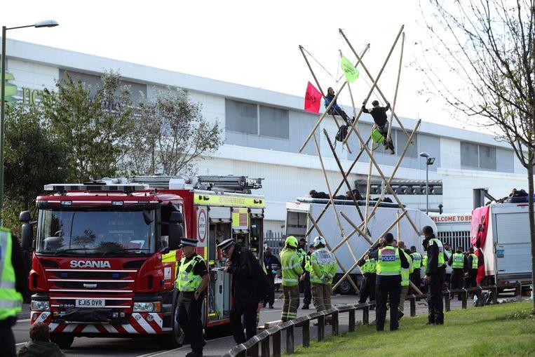 Actievoerders van Extinction Rebellion zaterdag bij een drukkerij in Broxbourne. Beeld AP