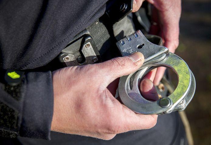 Agenten waren vrijdag genoodzaakt een collega in de boeien te slaan.