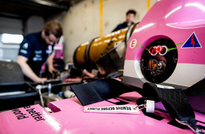 Studenten van de TU Delft testen hun zelfgebouwde waterstofraceauto Forze VIII op het op het toekomstige Formule 1-circuit Zandvoort.