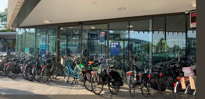 De fietsenstalling is dicht, dus zetten treinreizigers hun tweewieler op niet toegestane plekken neer.
