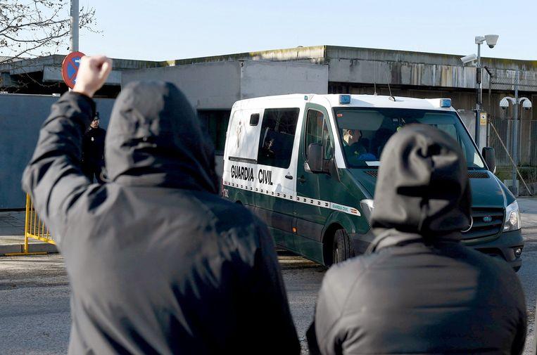 Aanhangers van de aangeklaagde mannen demonstreren tegen de politie. Beeld EPA