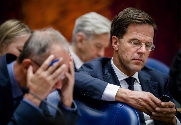 Premier Rutte naast minister Henk Kamp in Vak K tijdens de algemene beschouwingen. Beeld anp