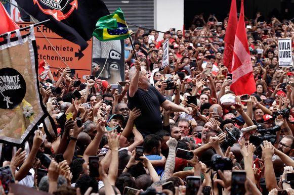 De voormalige Braziliaanse president Luiz Inacio Lula da Silva tussen zijn aanhangers.