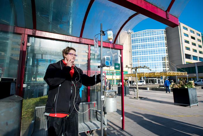 Rookzone bij een ziekenhuis in Arnhem. Moeten zorginstellingen dit soort voorzieningen houden of juist zorgen dat ook buiten nergens gerookt kan worden?