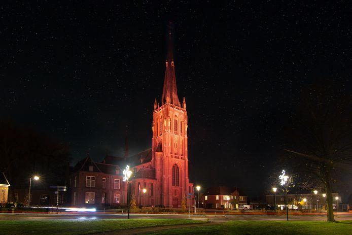 De Werenfriduskerk in Zieuwent is in oranje licht gezet.