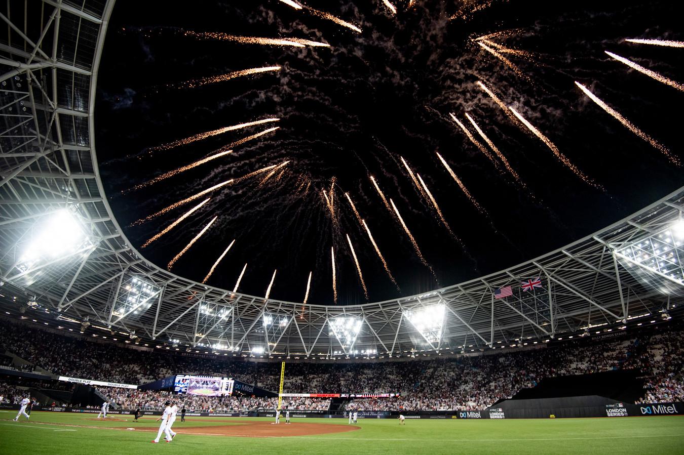 Vuurwerk boven het Olympisch Stadion van Londen. Normaal thuishaven van West Ham United, nu toneel van de MLB.