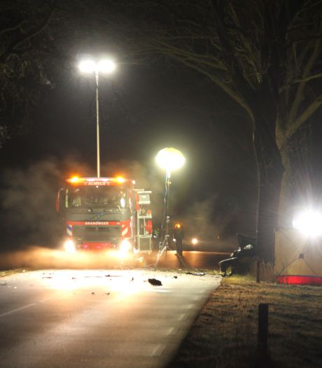 Automobilist overleden bij eenzijdig ongeluk in Bornerbroek, auto breekt in tweeën
