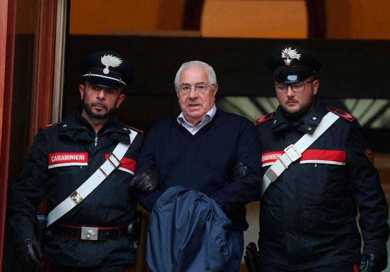 De Italiaanse Cabinieri voeren Settimo Mineo (midden), het vermeende hoofd van Cosa Nostra in Palermo, af. In totaal werden er 46 vermeende maffiosi gearresteerd door de Cabinieri.  Beeld AP