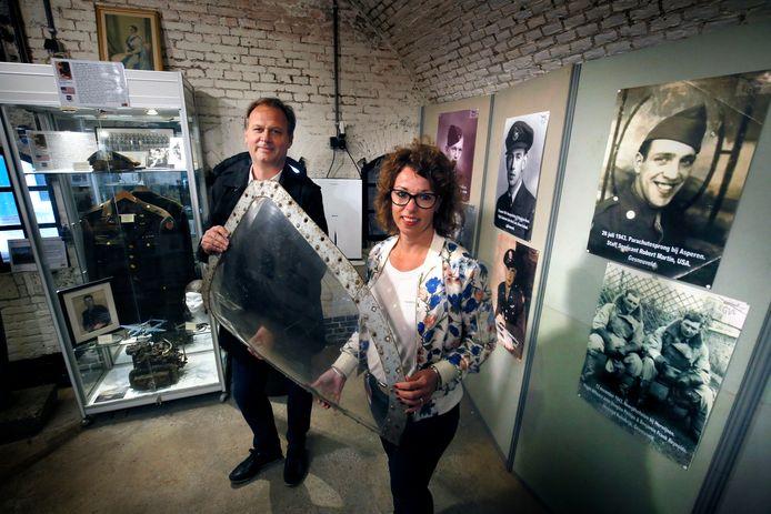 Het Vliegeniersmuseum in Vuren. Links Peter den Tek.