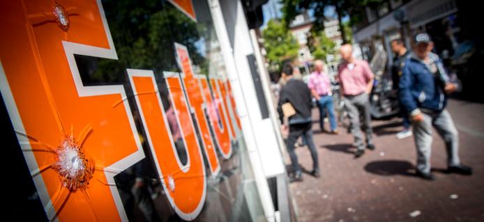 Archiefbeeld ter illustratie: Het raam van de coffeeshop The Future in Centrum van Delft is beschadigd door kogels