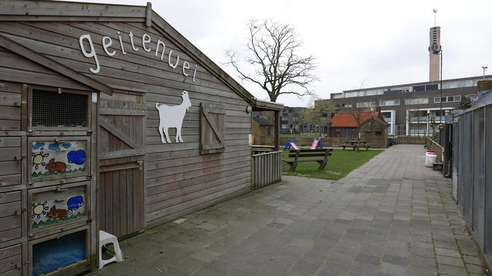 Eten over of door de hekken van de Geitenwei in Boxtel gooien kan de dieren ernstig schaden. De medewerkers roepen iedereen op hiermee op te houden.