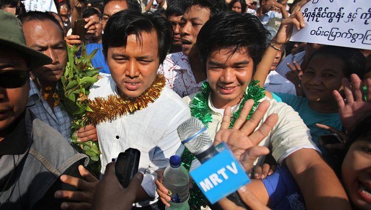 Aung Min Naing (L) en Yan Naing Tun (R) vandaag na hun vrijlating in Rangoon. Beeld epa