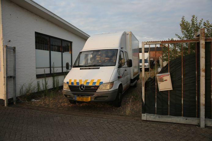 In de loods aan de Dorpsstraat in Sint Willebrord werd een grote wietkwekerij gevonden