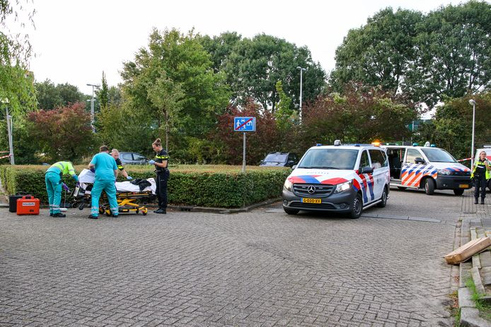 De jongen werd gewond op de parkeerplaats gevonden.