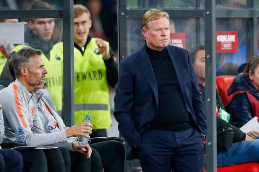 Kees van Wonderen (l) assisteert  bondscoach Ronald Koeman bij het uitduel van Oranje tegen Wit-Rusland in Minsk.