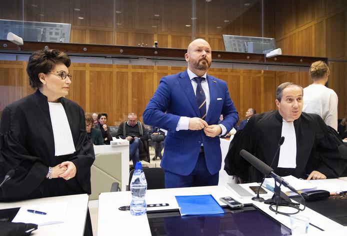 Marco Kroon en zijn advocaten Geert-Jan en Carry Knoops tijdens de zitting in de rechtbank. De drager van de Willems-Orde hoort maandag om 13:00 uur wat de rechter vindt van zijn vermeende misdragingen tijdens carnaval in Den Bosch.