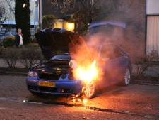 Auto in brand Aletta Jacobsstraat in Delft