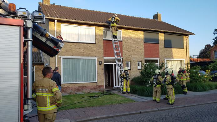 Bij het uitroken van een hommelnest aan een woning aan de Mozartstraat in Groenlo ontstond brand in een spouwmuur.