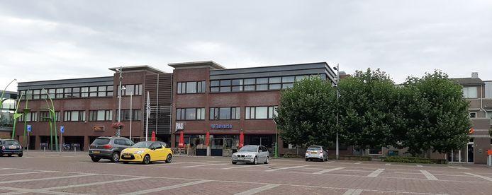 Cultureel centrum De Pas in Heesch. Links ernaast, achter de bomen, de openbare bibliotheek.