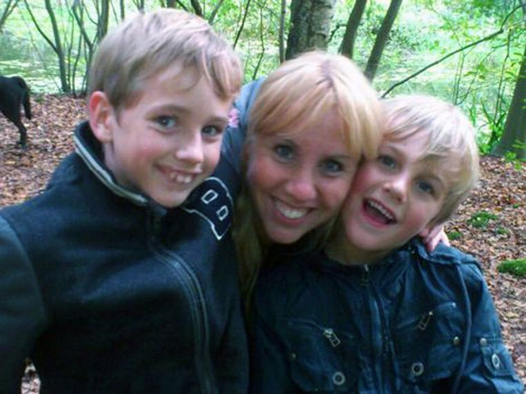 Moeder Iris van der Schuit tussen haar zonen Ruben en Julian. Beeld Facebook