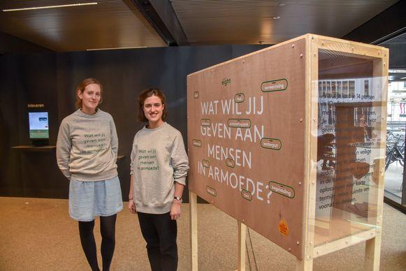 Studenten beeldende vorming van Sint-Lukas ontwierpen De Kieskast ten voordele van De Warmste Week en vzw Eight. Afgelopen zaterdag stonden ze aan De Krook in Gent. Linde Betsens en Morgane Staelens gaven uitleg.
