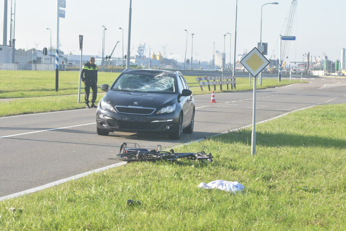 Op het sluizencomplex in Terneuzen is een fietser geschept door een automobilist.
