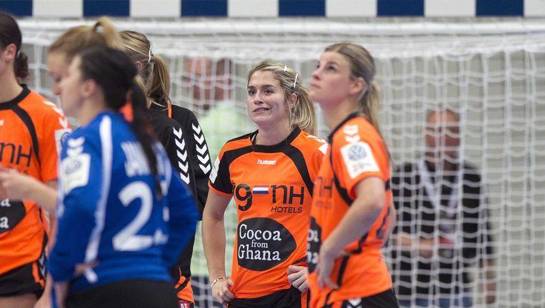 Estavana Polman (L) en Angela Malenstein na de verloren wedstrijd tegen Duitsland op het EK handbal in Zweden. Beeld ANP