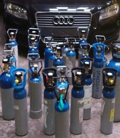 Politie haalt 27 (!) flessen lachgas uit achtergelaten voertuig