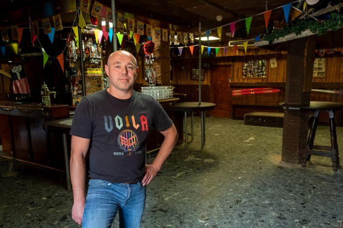 Sebastiaan Bosch in een lege discotheek The New Break. Ook per 1 september mocht hij niet open.