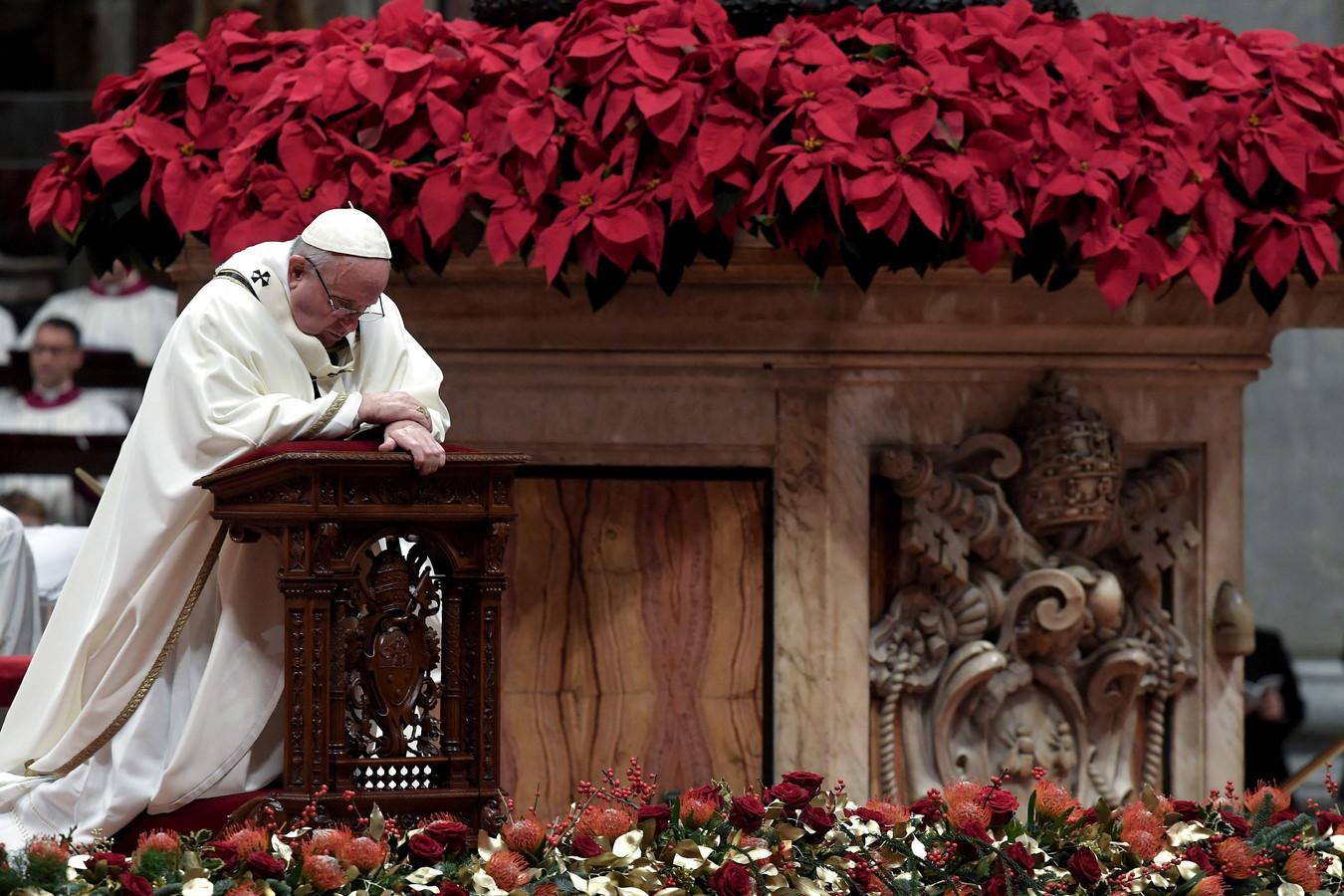 Tijdens de kerstnachtmis in de Sint-Pietersbasiliek in Rome sprak paus Franciscus kritisch over de menselijke hebzucht en overdreven consumptiedrang. ,,Niet materiële rijkdom, maar liefde voedt het leven.''