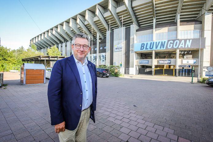 Burgemeester Dirk de Fauw bij het Jan Breydelstadion.