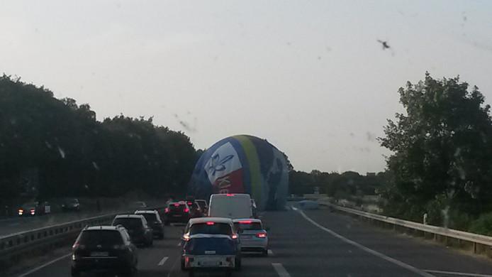 Een Nederlandse vrachtwagenchauffeur zag de ballon midden op de weg liggen en maakte er foto's van