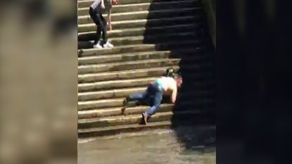 VIRAL: Gladde trappen zorgen bij deze man voor verfrissing in de Thames