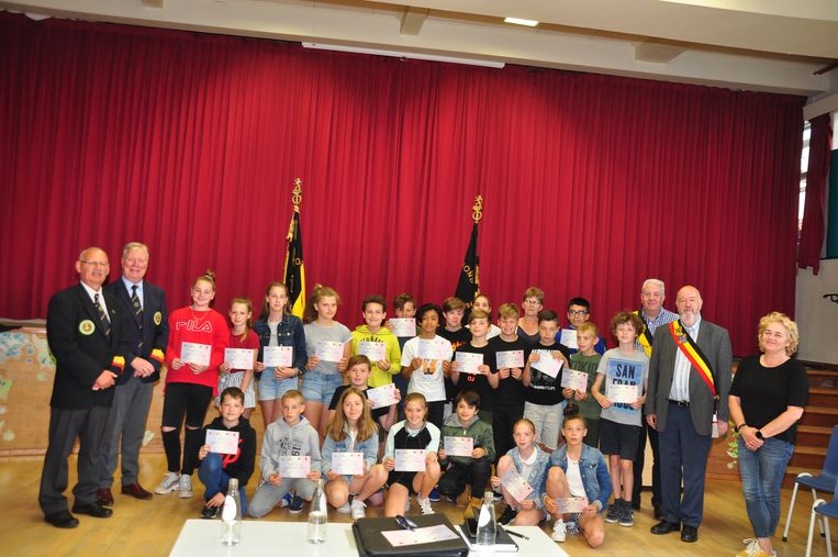 De Vaderlandslievende Verenigingen van Halle en Lembeek overhandigden aan de kinderen van het zesde leerjaar van de basisschool De Klimop een oorkonde.