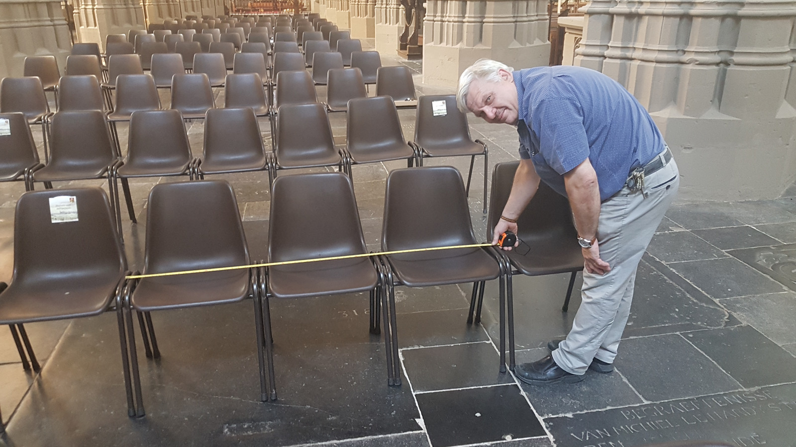 Extra stoelen vanaf juli in de Sint-Jan. Koster Rien van der Zanden meet de 1,5 meter nog eens na.
