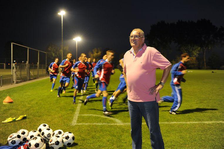 Voorzitter Ton Langelaar met de trainende selectie van tweededivisionist De Dijk. Beeld Martijn van den Dobbelsteen