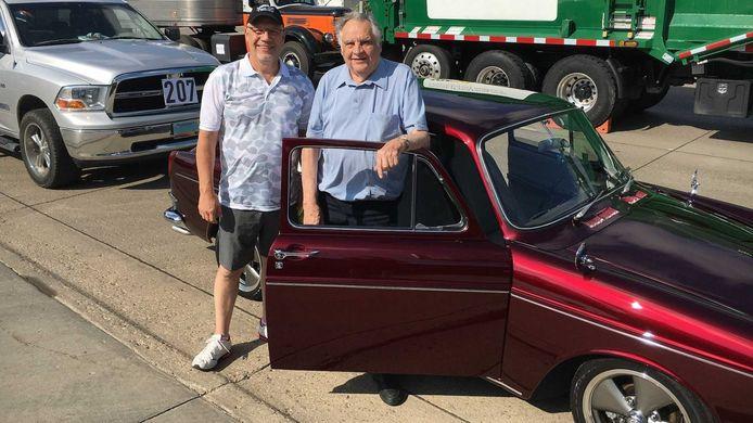 Vader en zoon Pfenning bij de compleet gerestaureerde Volkswagen.