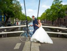 Fascinerend zijn de bruidsparen op de kleine brug tegenover mijn huis