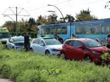 Gewonde bij botsing tussen drie voertuigen op Laan van Wateringseveld