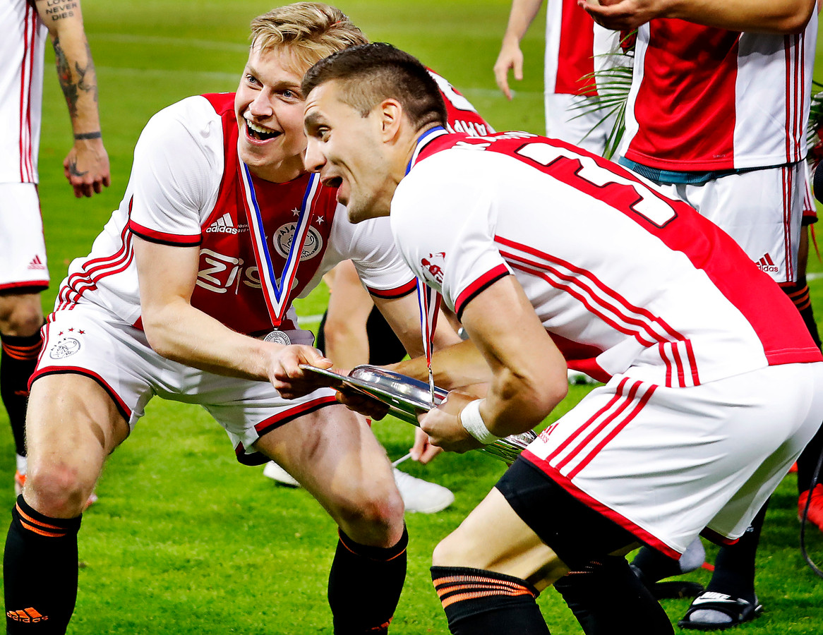 Frenkie de Jong (l) en Dusan Tadic (r) met de schaal.