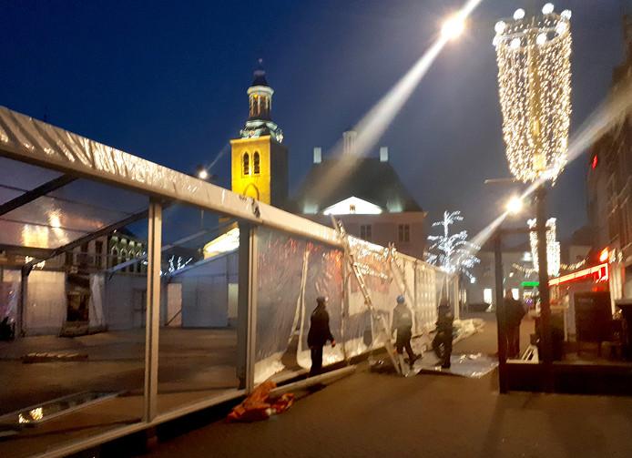 Aanbrengen van de doorzichtige wanden dinsdagavond bij de Roosendaalse ijsbaan op de Markt
