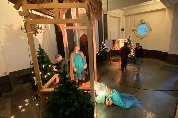 Vrijwilligers zijn druk met de opbouw van de kerststal.