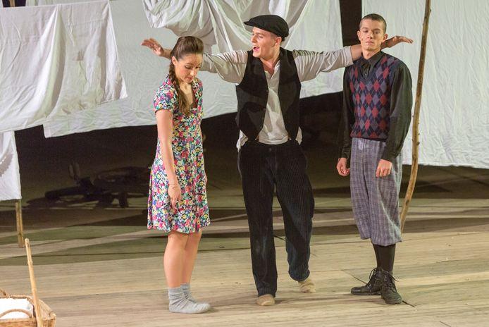 Een scène uit de voorstelling Granaatweken van Theatergroep Wildeman van vijf jaar terug. Toen nog in manege De Molenheide.