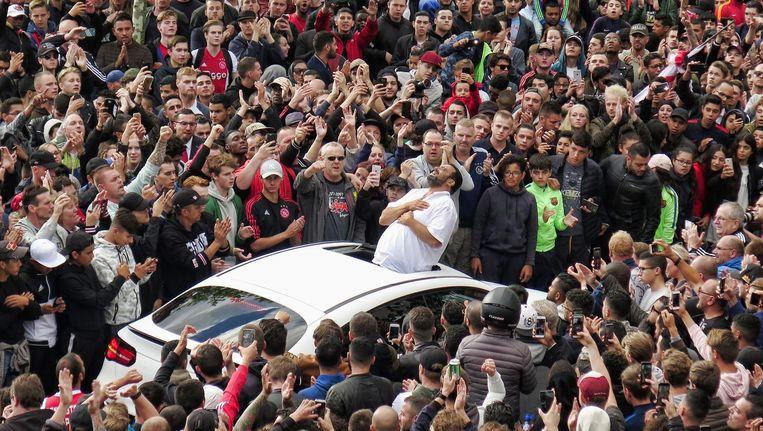 De vader van Abdelhak Nouri bedankt de fans voor hun komst bij het huis van de Ajacied. Beeld anp