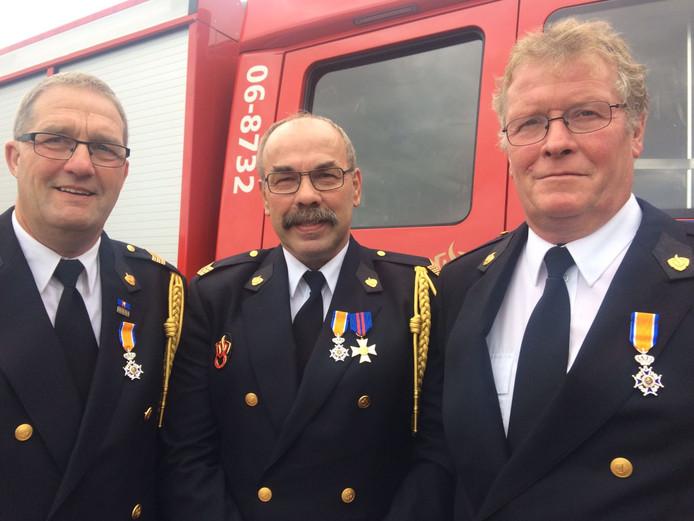 Lintjes voor de brandweermannen Gies, Te Koppele en Egging.