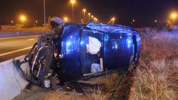 Auto meters door de lucht gekatapulteerd, bestuurder als bij wonder ongedeerd