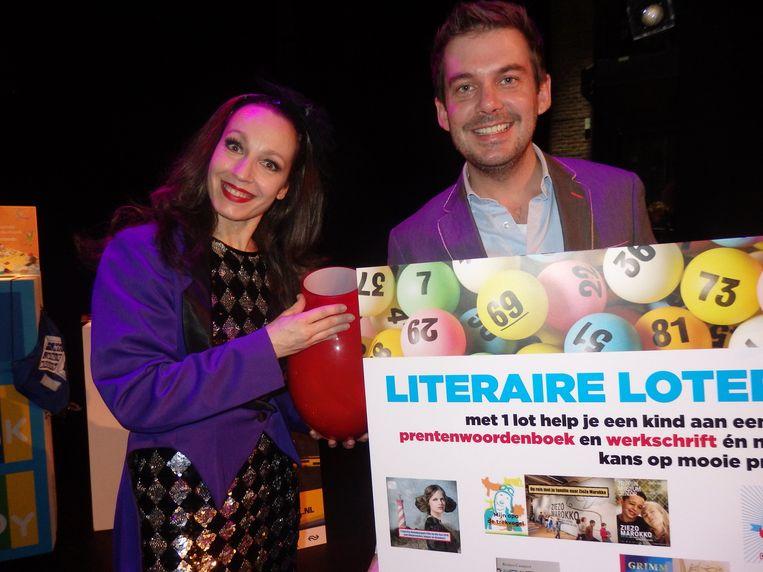 Showmaster Ruben Nicolaï en zijn literaire loterij-assistente Jantine Kraayeveld Beeld Schuim