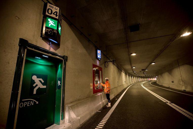 Een bouwvakker test de veiligheidssystemen van de nieuwe tunnel. Beeld Harry Heuts