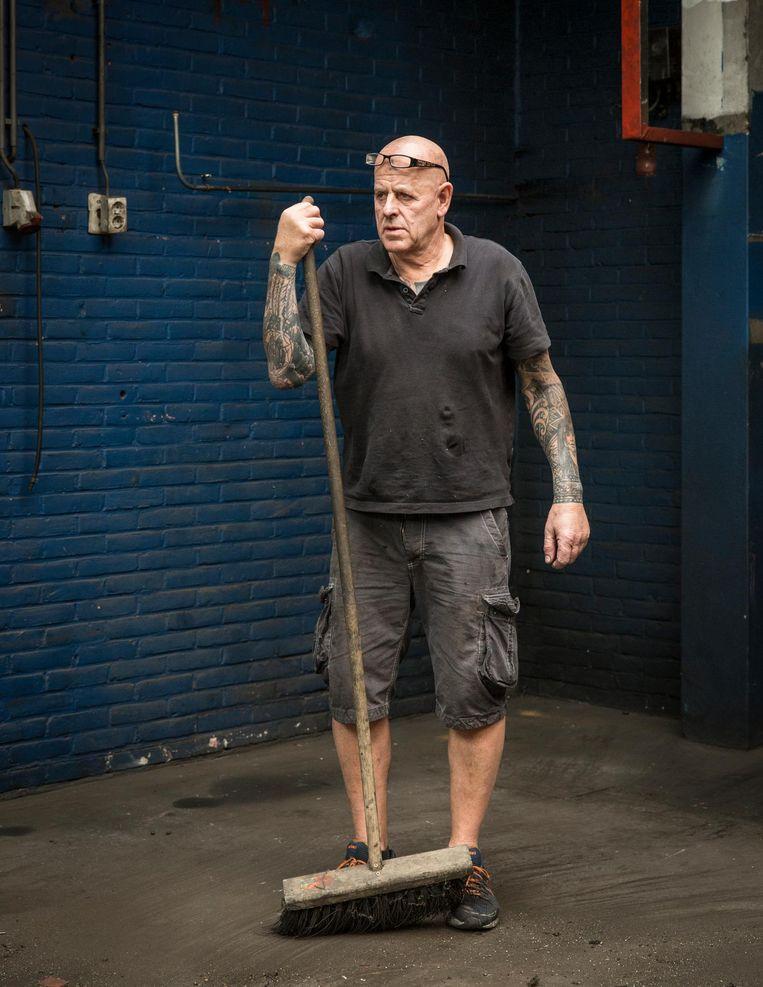 Peter Lucke in zijn garage Beeld Dingena Mol
